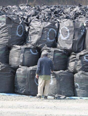 Ungelöste Endlagerung von Atommüll in schwarzen Müllsäcken im japanischen Fukushima nach der Reaktorkatastrophe im März 2011