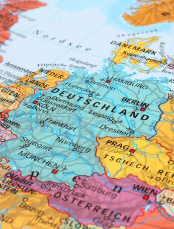 Eine Europakarte, die Deutschland und dessen Nachbarländer in verschiedenen bunten Farben darstellt