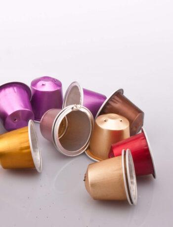 Umweltschädliche Kaffeepakapseln in verschiedenen Farben