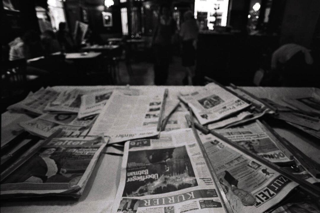 Verschiedene namenhafte gedruckte Zeitungen in einem Kaffeehaus, welches sich in Wien befindet
